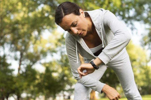 Kvinde kigger på sit smartwatch