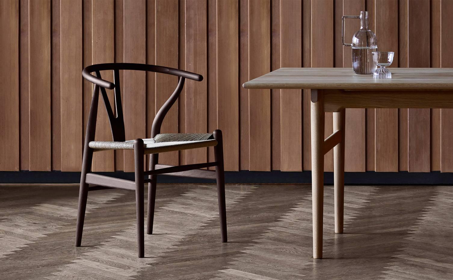 Y stol står på sildebensgulv ved siden af et egetræsbord