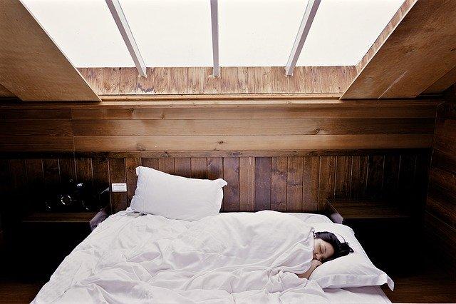 kvinde sover i stor seng